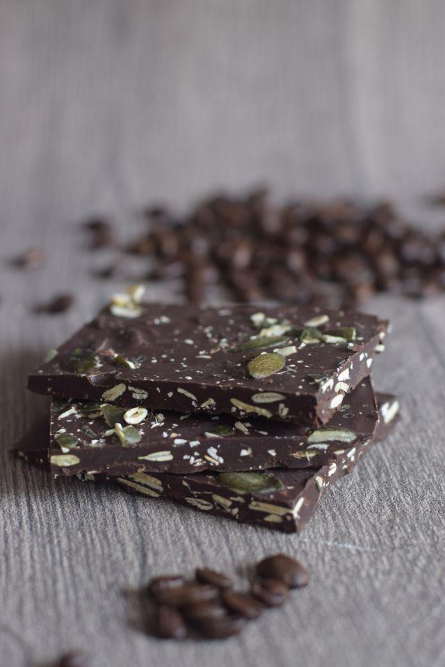 Diese tolle Schokolade mit gerösteten Kürbiskernen und einem Hauch Espresso gibt es bei Kohlenpottgourmet.