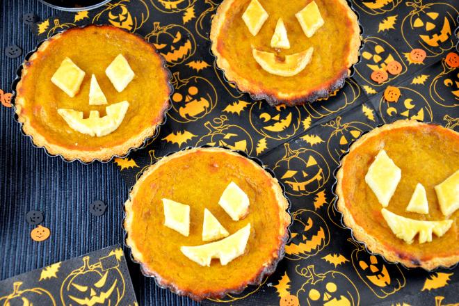 Diese schaurigen Halloween Tartelettes gibt es bei ichmussbacken.