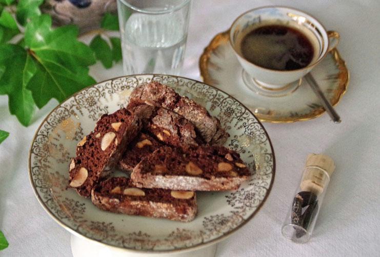 Zu einer Tasse Kaffee passen diese Schoko-Biscotti mit Espresso und Tonkabohne von Zimtkringel ganz wunderbar.