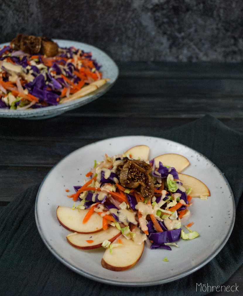 bunter Rohkostsalat mit gegrillten Feigen und Orangen-Tahini-Dressing