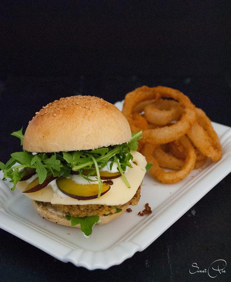 In meinem Eröffnungspost, habe ich euch die drei Zutaten für den September - Zwetschge, Haselnuss und Sahne - verraten. Dazu gab es einen passenden Burger mit Onion Rings.