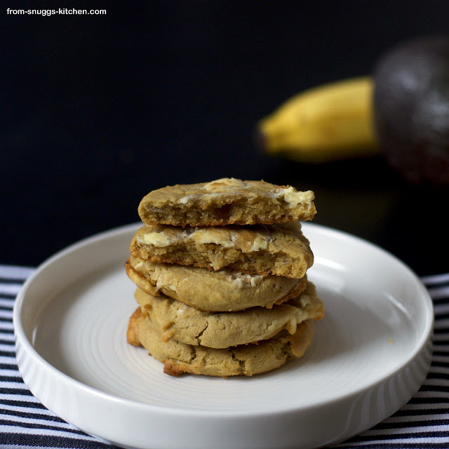 Lange schon wollten diese Cookies probiert werden und passend zu unserem Event, durften sie endlich in den Ofen huschen. Avocado White Chocolate Chip Cookies von From-Snuggs-Kitchen.