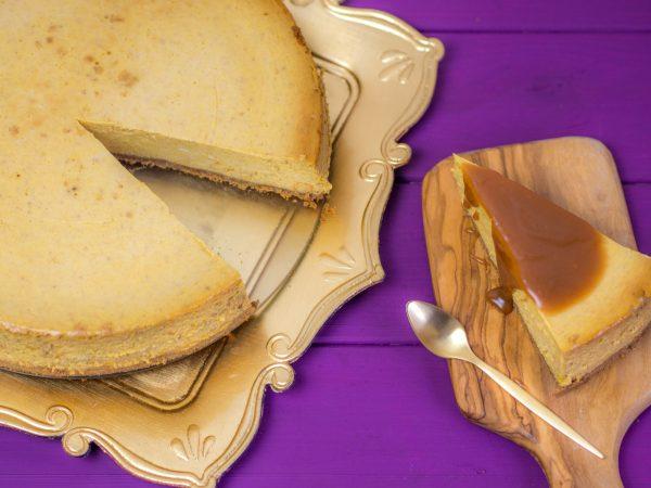 Cheesecake ♥ Ofenkieker hat ein tolles Rezept für einen Kürbis Cheesecake mit Karamellsauce für uns.