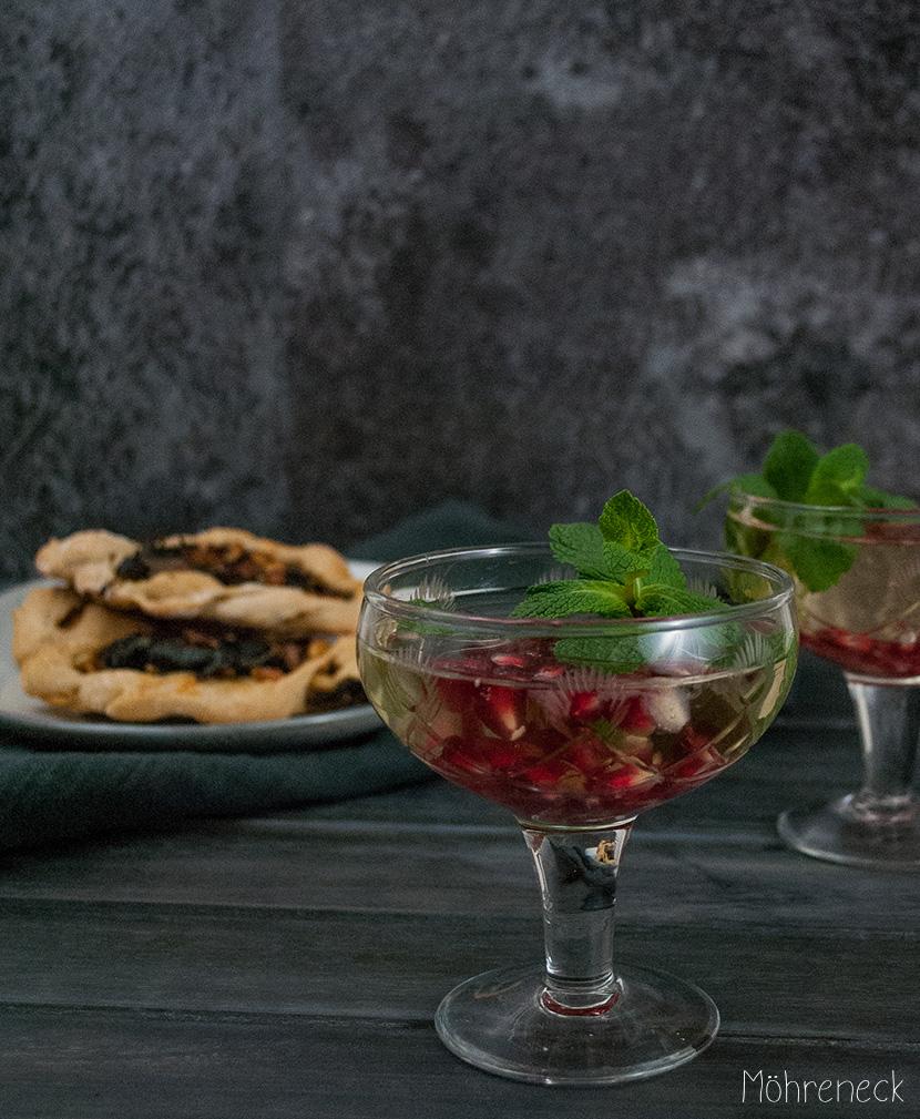 Granatapfel-Prosecco mit Spinat-Fatayer
