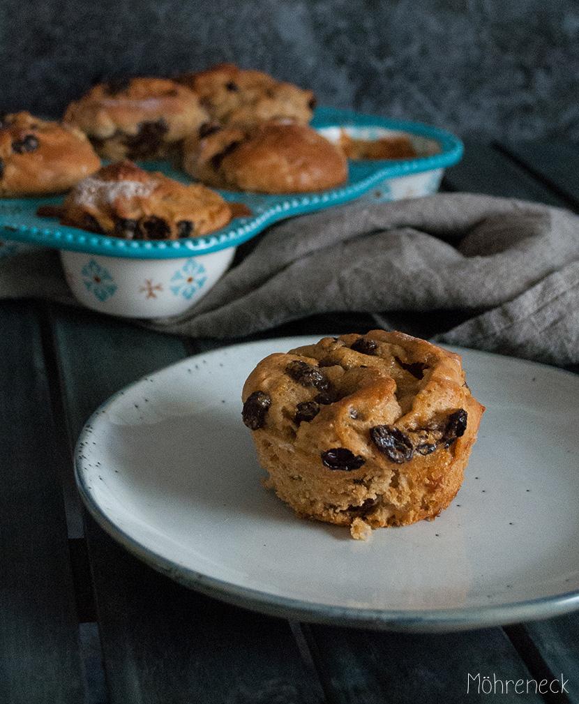 Hefeknoten mit Pudding und Rosinen
