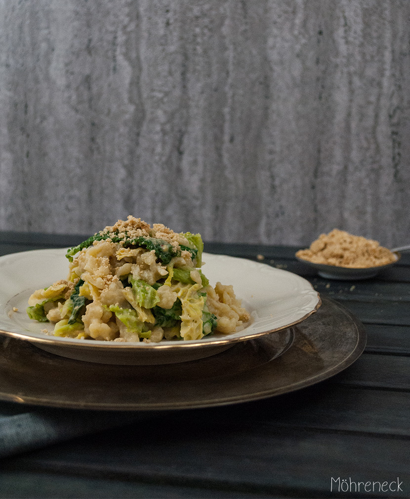 Spätzle mit Wirsing & Hummussauce