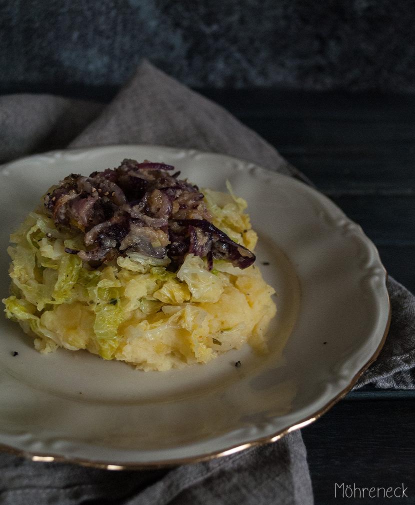 Kartoffelstampf mit Wirsinggemüse und Schmelzzwiebeln