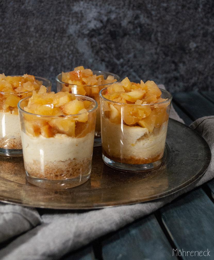 Käsekuchen im Glas mit Apfelkompott