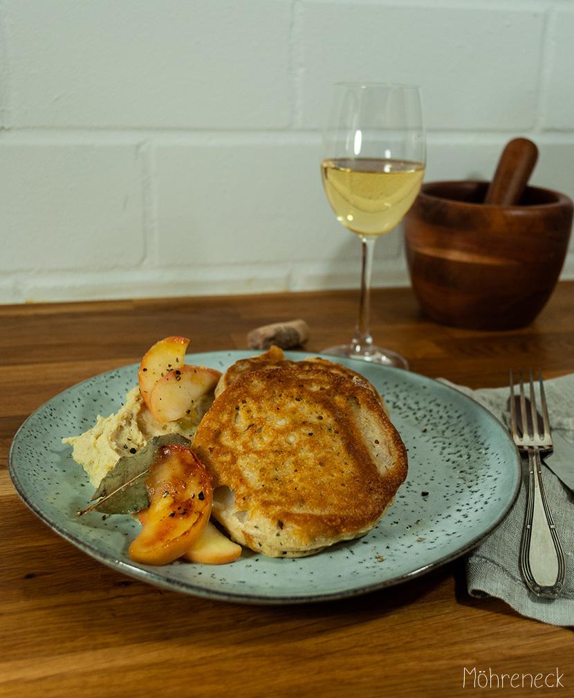 Sellerie-Schnitzel mit Kartoffelstampf und Lorbeeräpfeln
