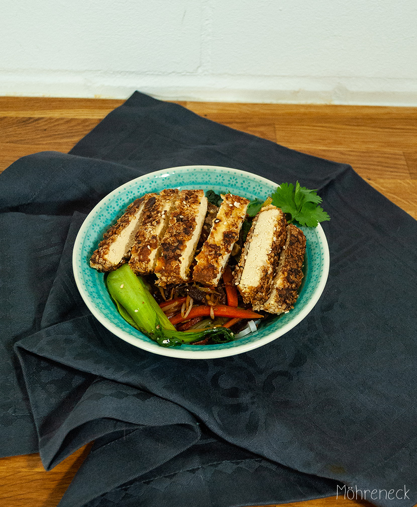 Tofu in Haferflockenkruste auf Reisnudeln mit Wokgemüse