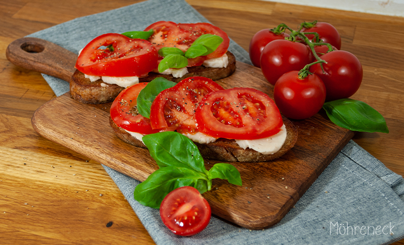 Tomate & Mozzarella auf geröstetem Sauerteigbrot
