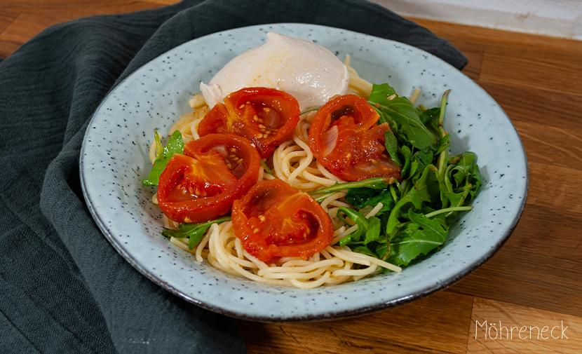 Pasta mit Mozzarella, confierten Tomaten und Rucola