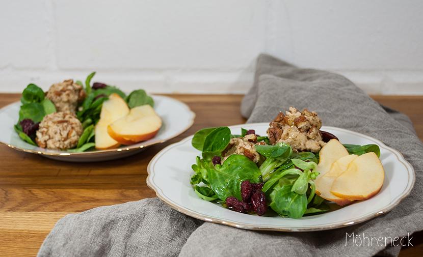Cashewbällchen auf Apfel-Cranberry-Feldsalat