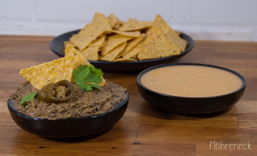Nachos mit Bohnendip und veganer Käsesauce