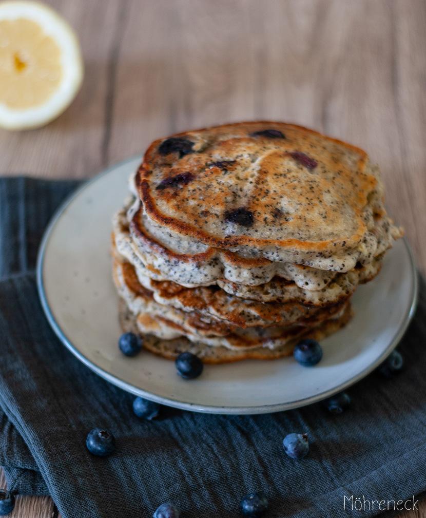 Zitronen-Mohn-Pancakes mit Blaubeeren