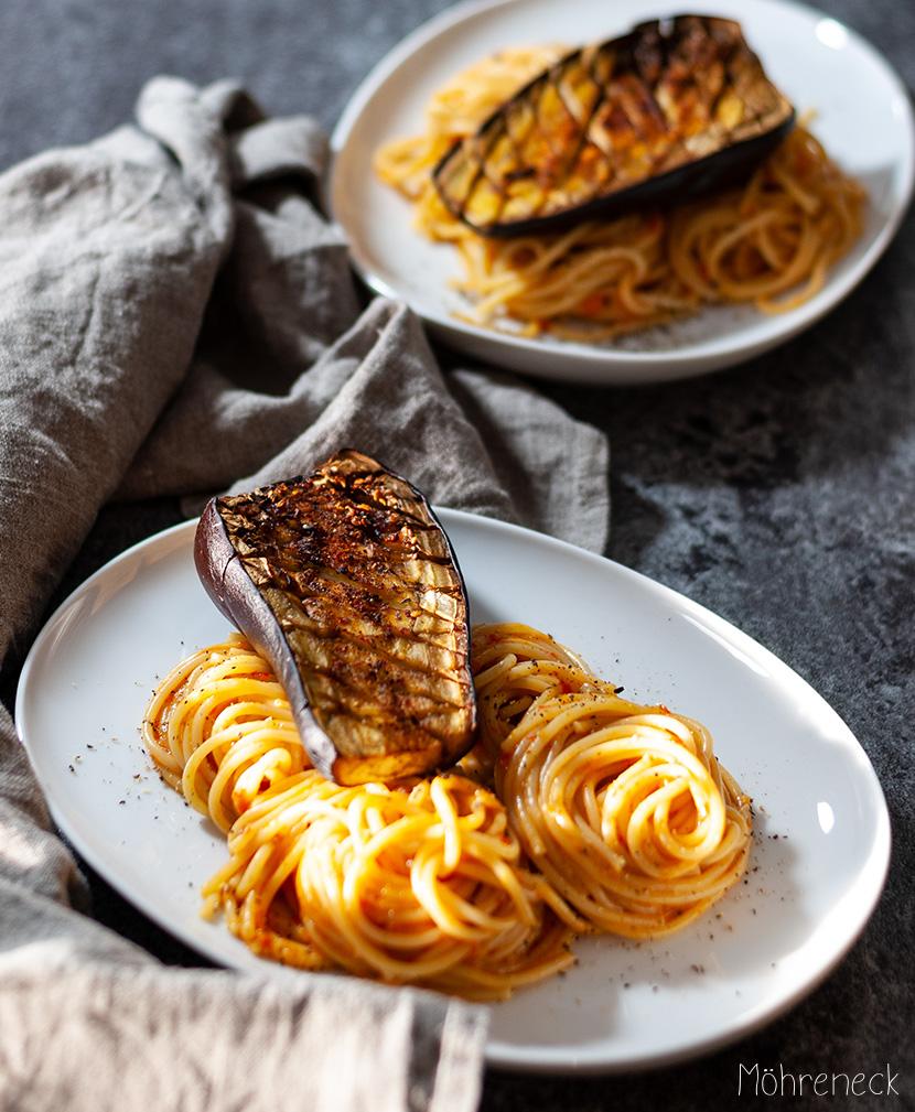 Pasta mit Paprikasauce und Auberginen