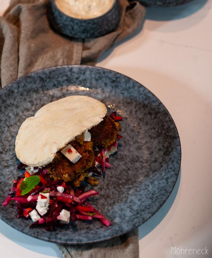 Falafel-Sandwich mit Wurzelgemüsesalat